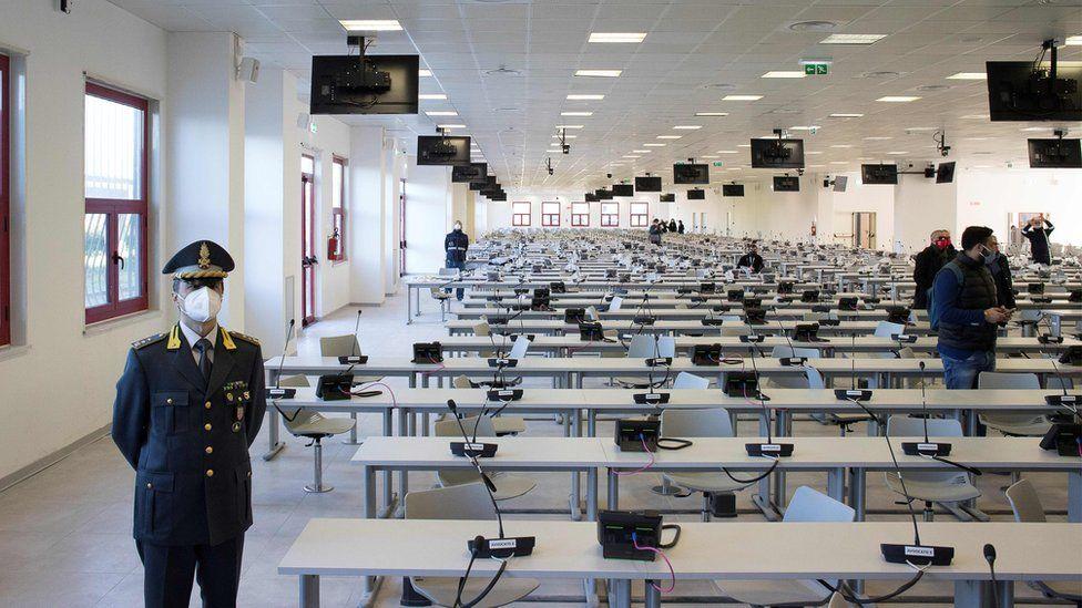 Для того чтобы вместить всех подсудимых, свидетелей и других участников слушаний, местные власти Ламеция-Терме перестроили колл-центр. Фото — ВВС.