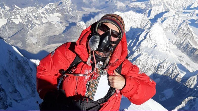 Украинец Виталий Козубский поднялся на Эверест 23 мая 2019 года. Фото — ВВС.