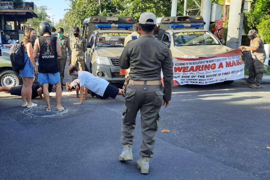 Полиция Бали заставляет отжиматься туристов, которые не носят маски