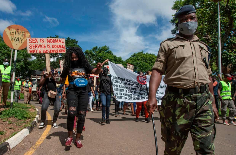 Секс-работницы Малави протестуют против комендантского часа, введенного в связи COVID-19