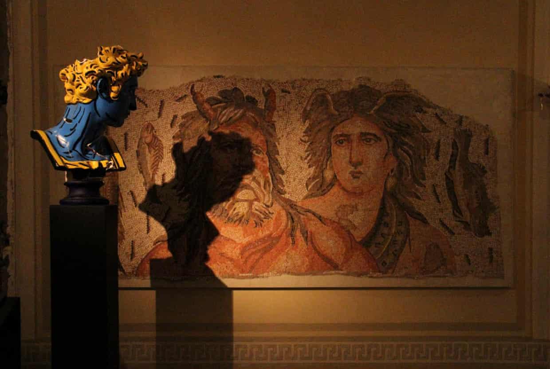 Раны Бейрута. В ливанской столице открылась выставка предметов искусства, которые уцелели после взрыва