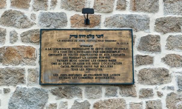 Мемориальная табличка на стене одного из домов Шамбон-сюр-Линьон. Фото — parkerphotography.