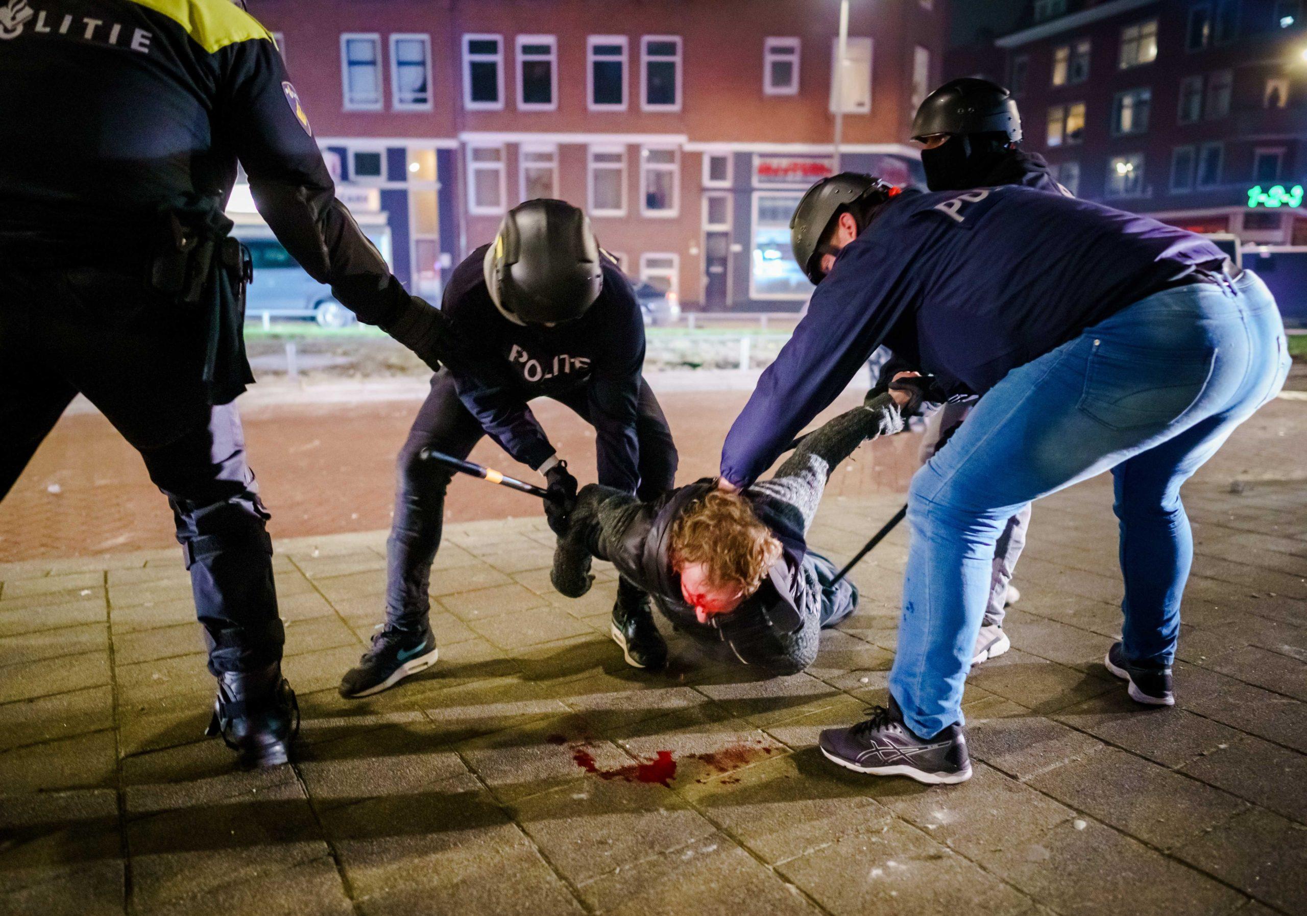 Нидерландцы сражаются с полицией, чтобы отменить комендантский час. Только фото