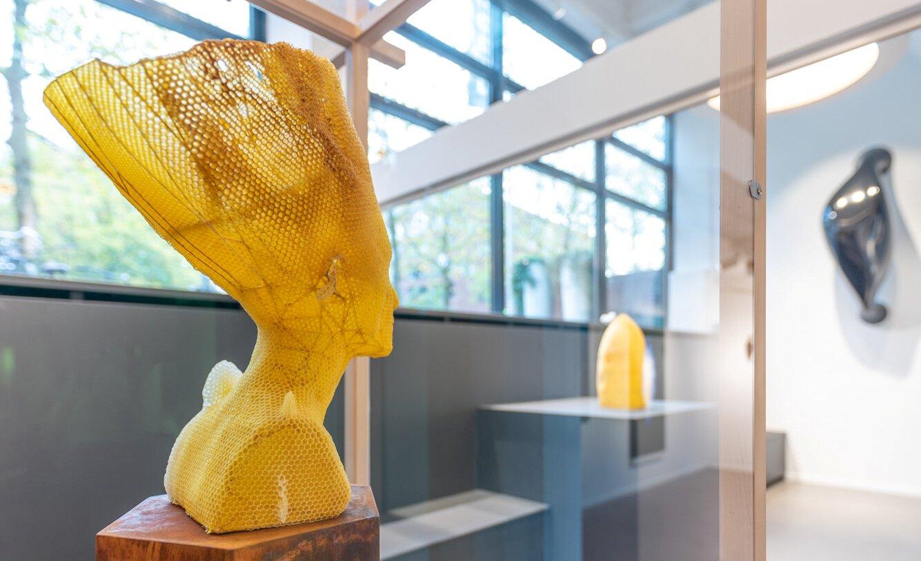 Instagram дня. Пчелы создают бюст Нефертити и другие классическое скульптуры из воска