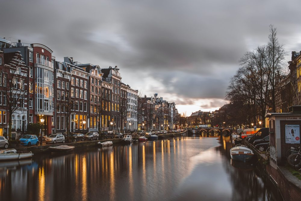 Амстердам — лучший город для сна, он возглавил рейтинг из 75 городов мира. Исследование