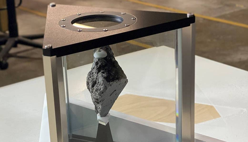 Свой золотой батон. Кабинет президента США украсит камень, доставленный с Луны