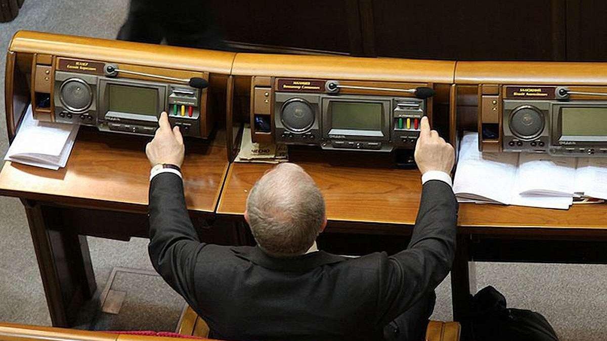 Прокуратура Украины впервые объявила подозрение нардепу за кнопкодавство
