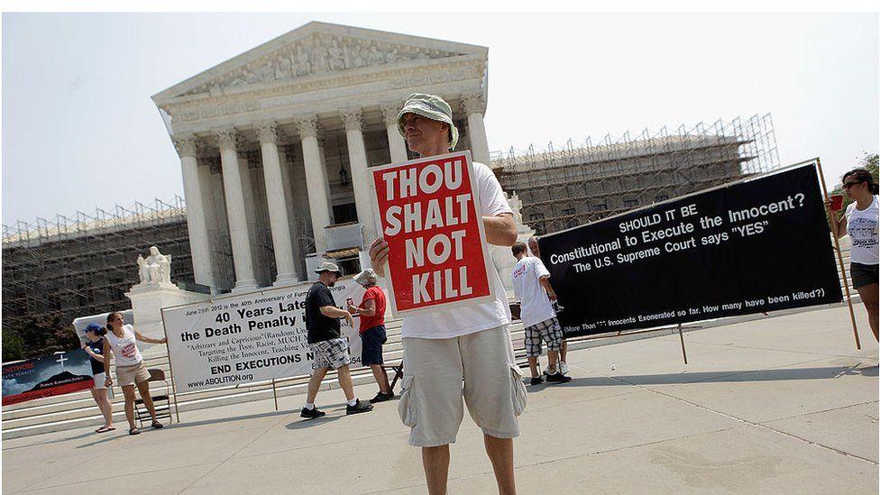 Мужчина из Вирджинии протестует против смертной казни у здания Верховного суда США в 2012 году. Фото – ВВС.