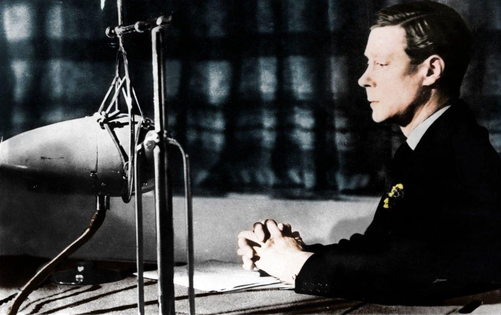 Эдуард выступает на радио с речью об отречении.