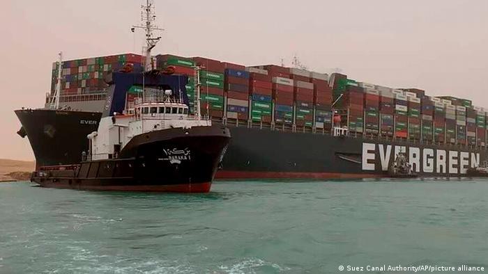 Снимок дня. 400-метровый контейнеровоз полностью заблокировал Суэцкий канал