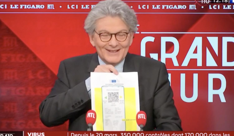 Бретон демонстрирует то, как будет выглядеть паспорт вакцинации в смартфоне. Скриншот из телевизионного эфира.