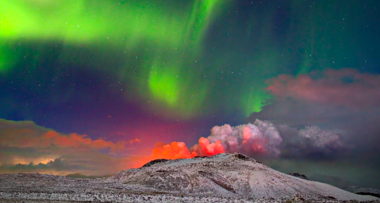 Снимок дня. Северное сияние над извергающимся вулканом в Исландии