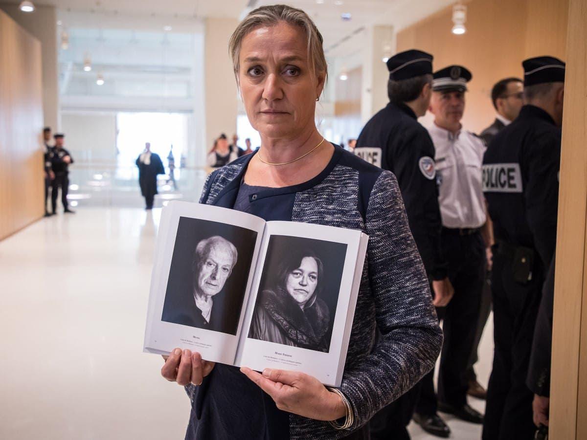 Французский врач Ирен Фрашон держит книгу с фотографиями жертв опасного лекарства. Фото — Christophe Petit-Tesson/EPA