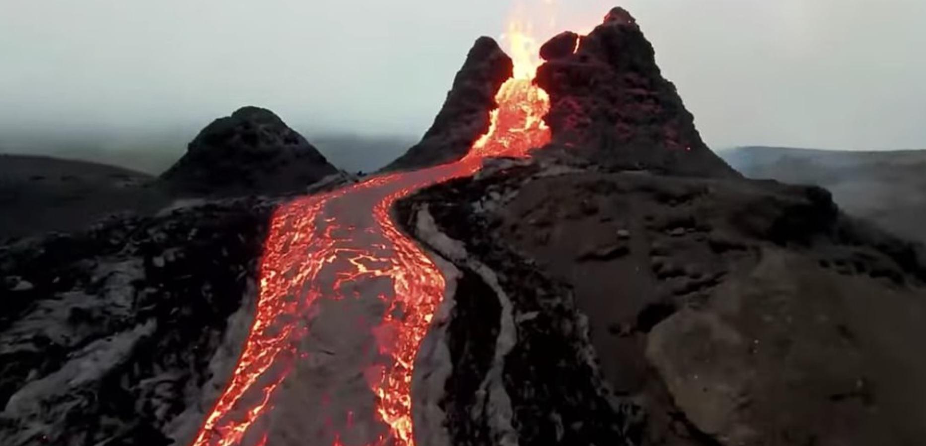 Видео дня. Полет над потоками лавы извергающегося вулкана в Исландии