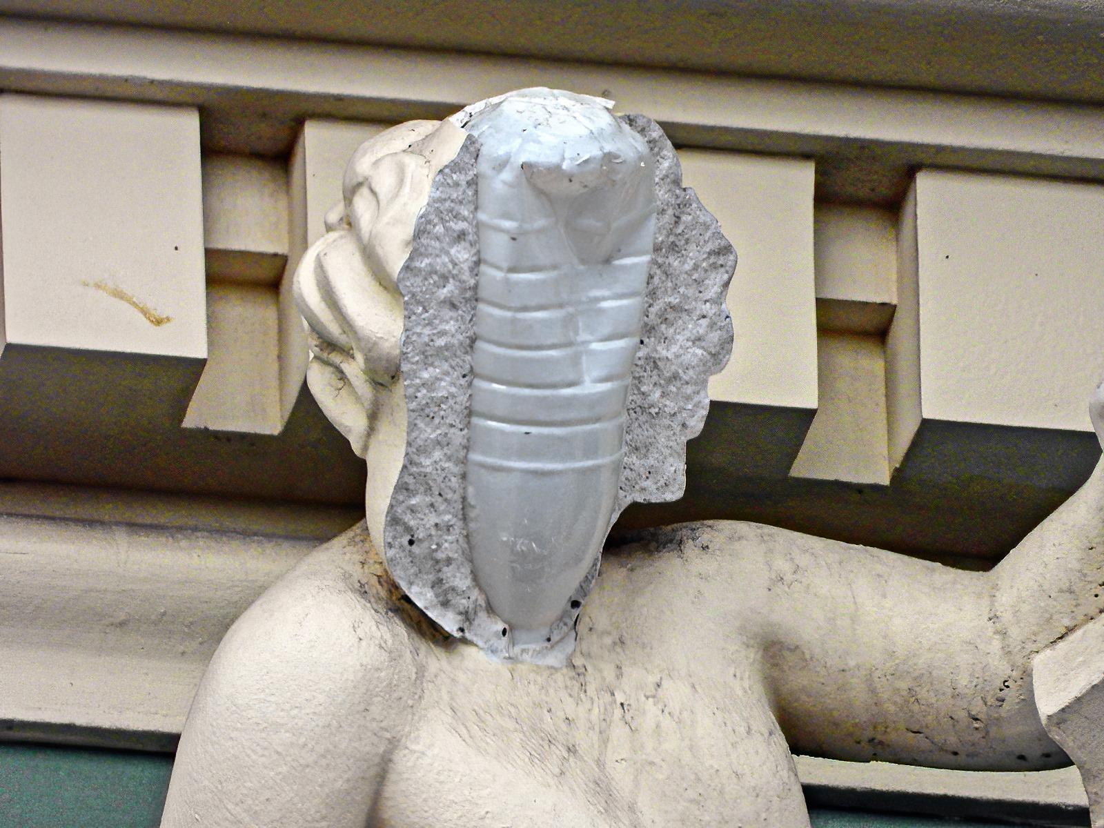Снимок дня. У скульптуры на доме Руссова в Одессе отвалилось лицо