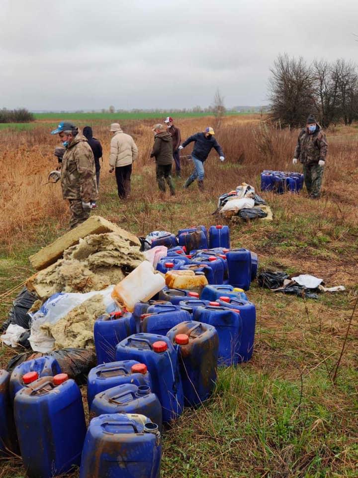 Речка под Киевом оказалась засыпана тысячами канистр с неизвестными химикатами