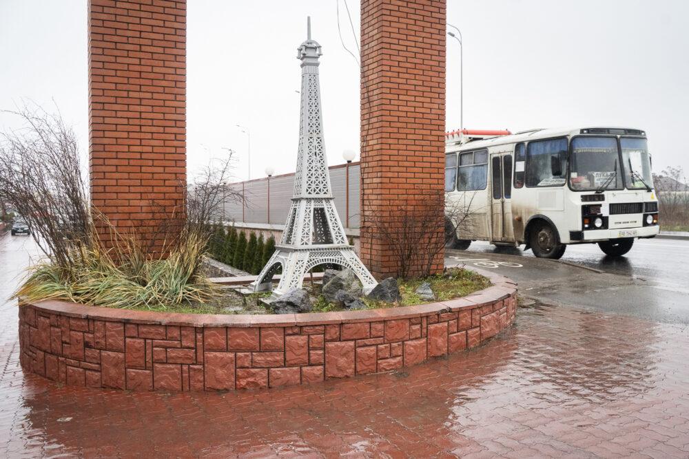 «Маленький Париж». Фотограф собирает Эйфелевы башни со всей Украины в одном проекте