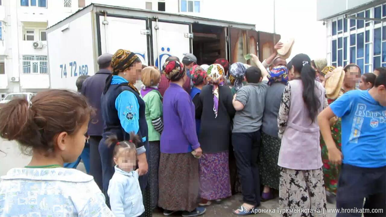Очередь за хлебом в Ашхабаде. Фото — «Хроники Туркменистана».