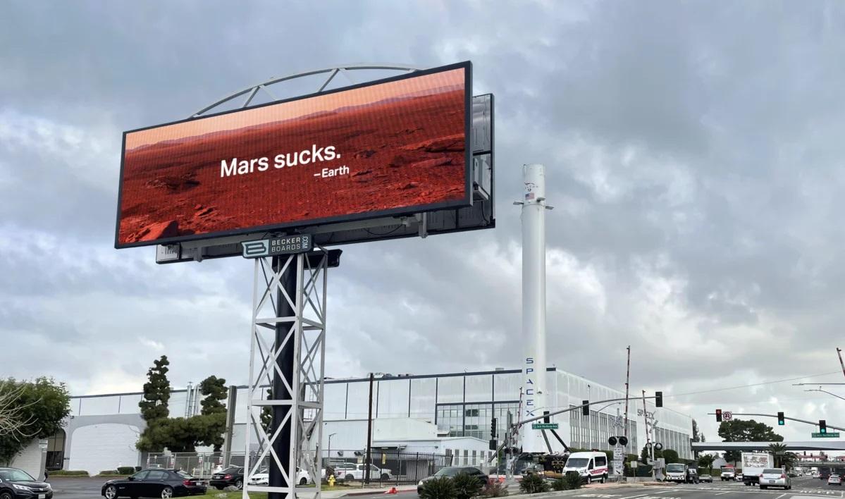 Снимок дня. Надпись «Марс — отстой» напротив офиса SpaceX