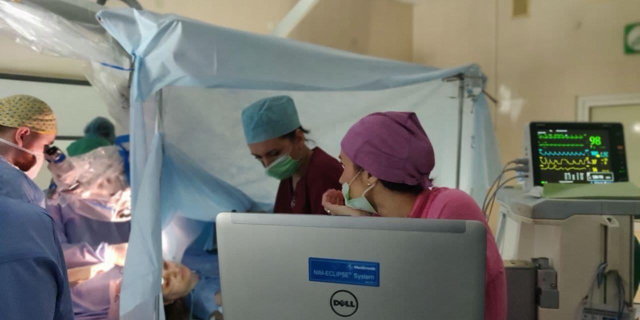 Украинские хирурги впервые провели операцию на мозге, во время которой пациентка решала задачи