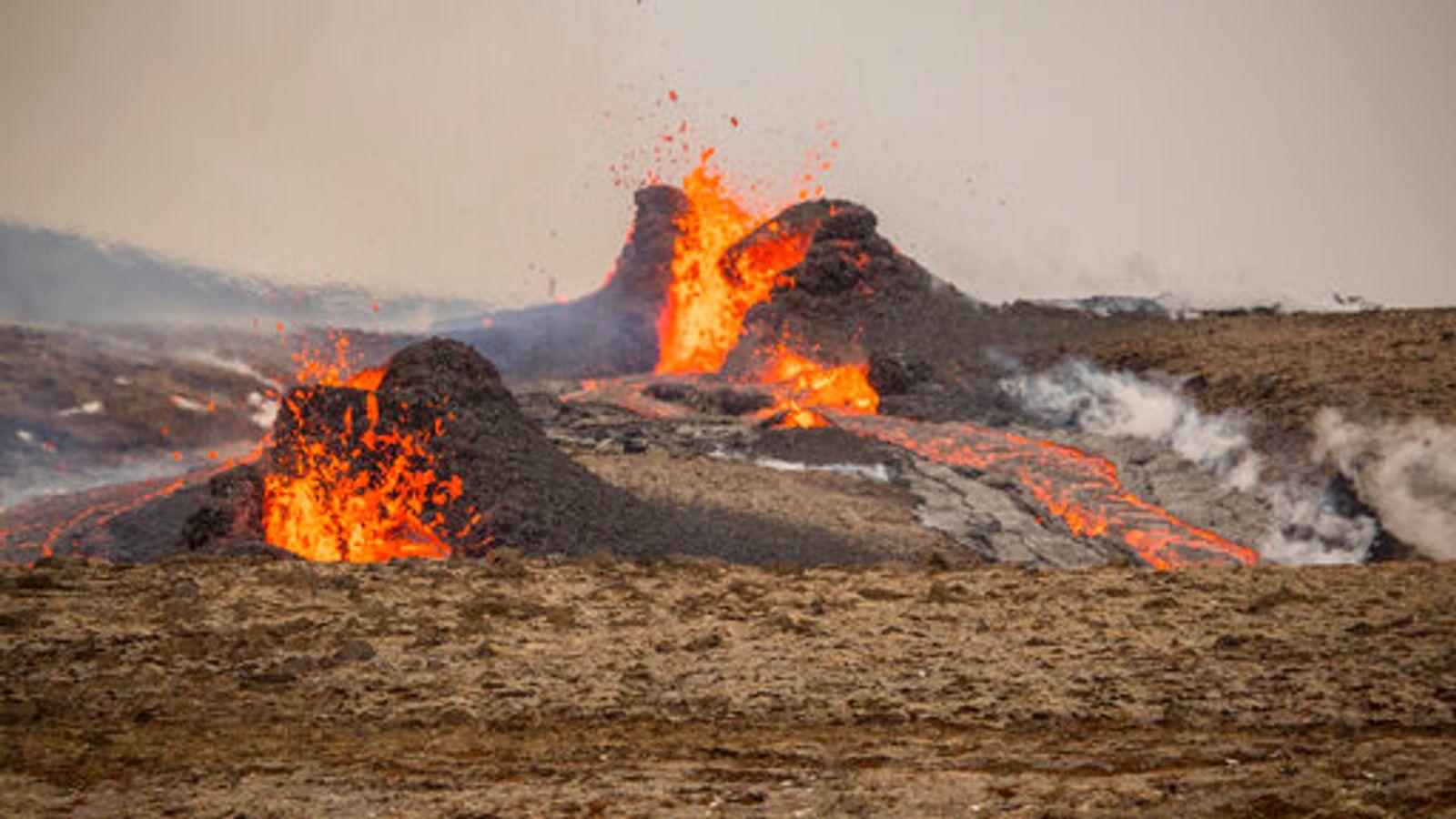 Снимок дня. Новая трещина на склонах извергающегося вулкана в Исландии