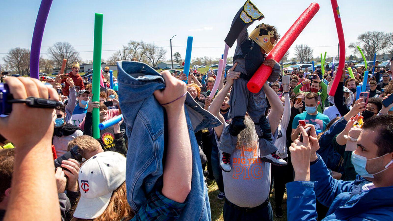 В США сотни людей устроили «битву Джошей». Сражались на аквапалках