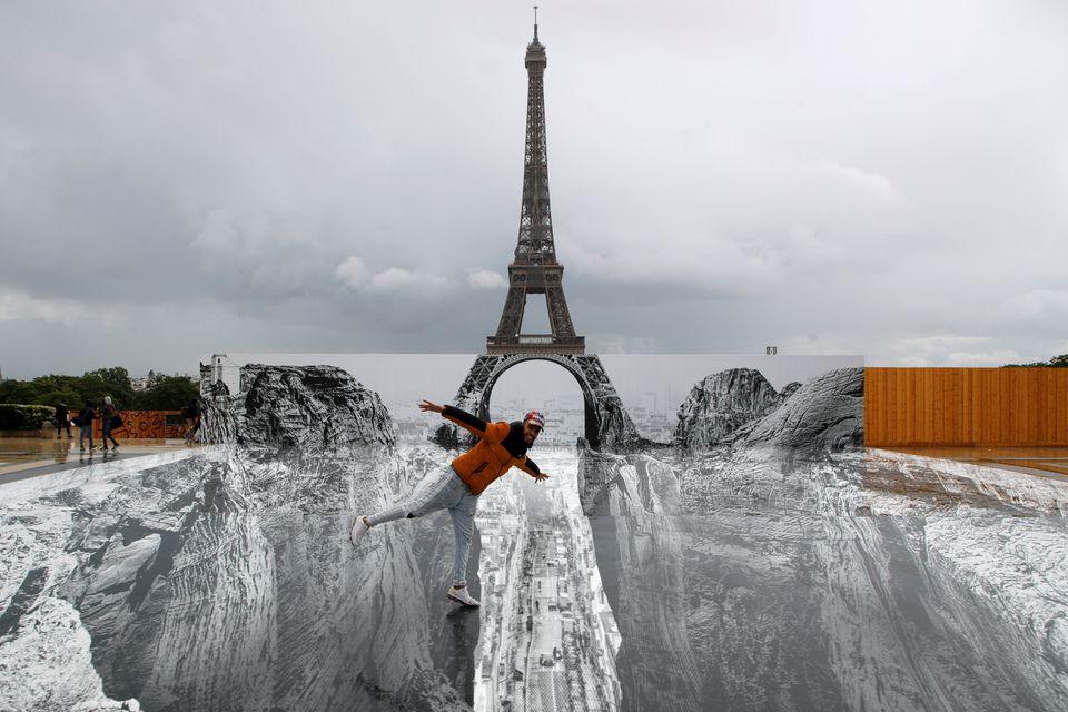 Снимок дня. Эйфелева башня зависла над скалистым ущельем