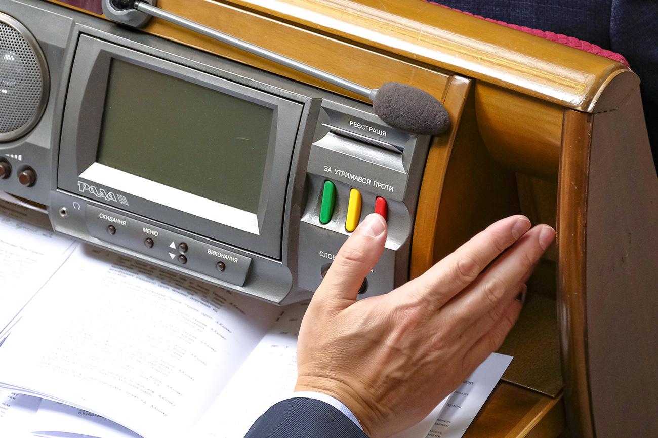 Депутат Верховной Рады впервые предстанет перед судом за кнопкодавство