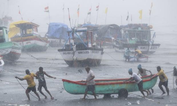 Индию накрыл самый сильный ураган за последние 20 лет. Есть погибшие. Только фото