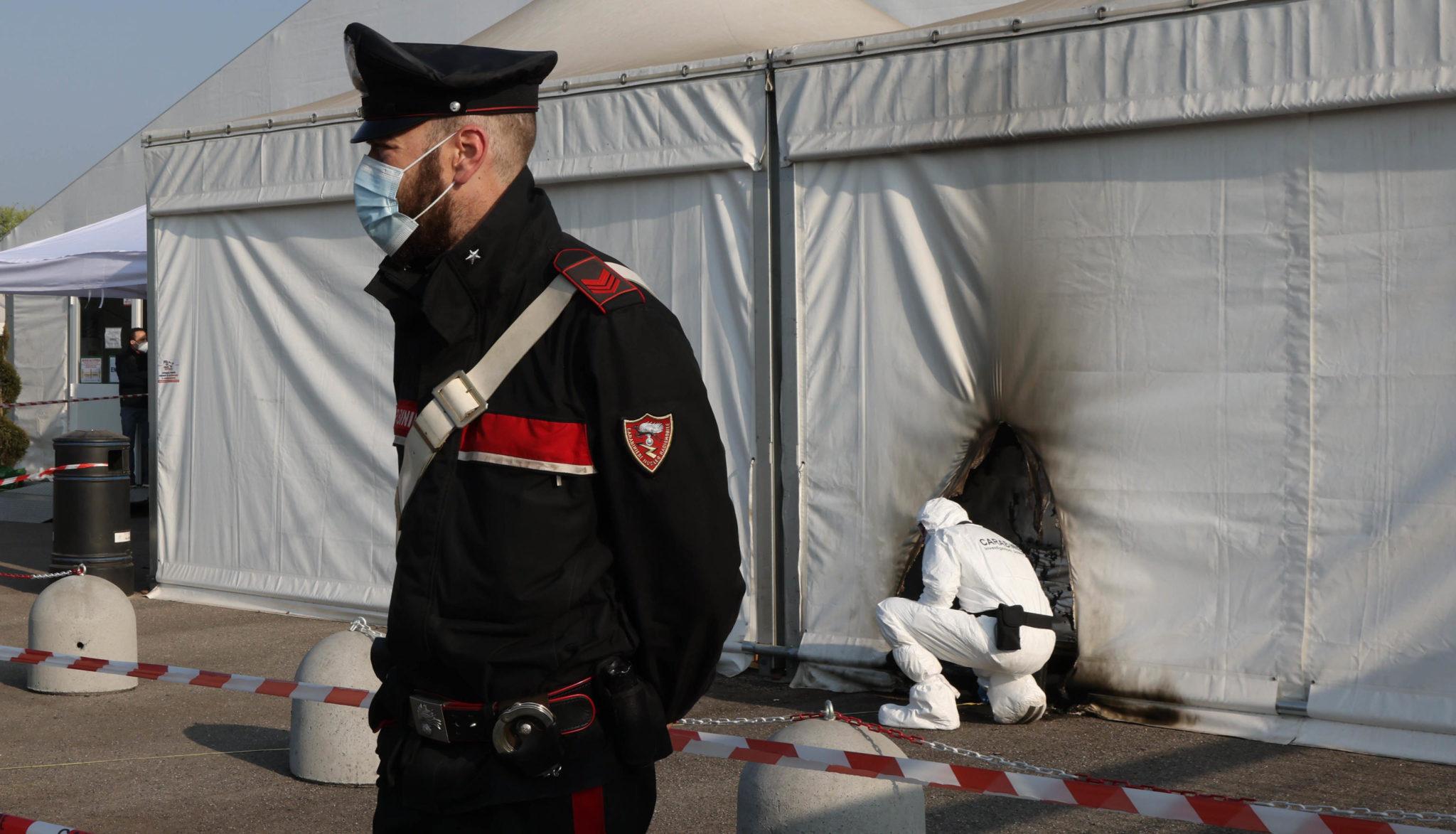 В Италии поймали двух антиваксеров, которые подожгли пункт для прививок