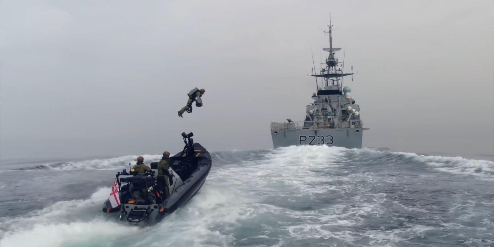 Британские морпехи с помощью реактивного ранца захватили движущийся корабль