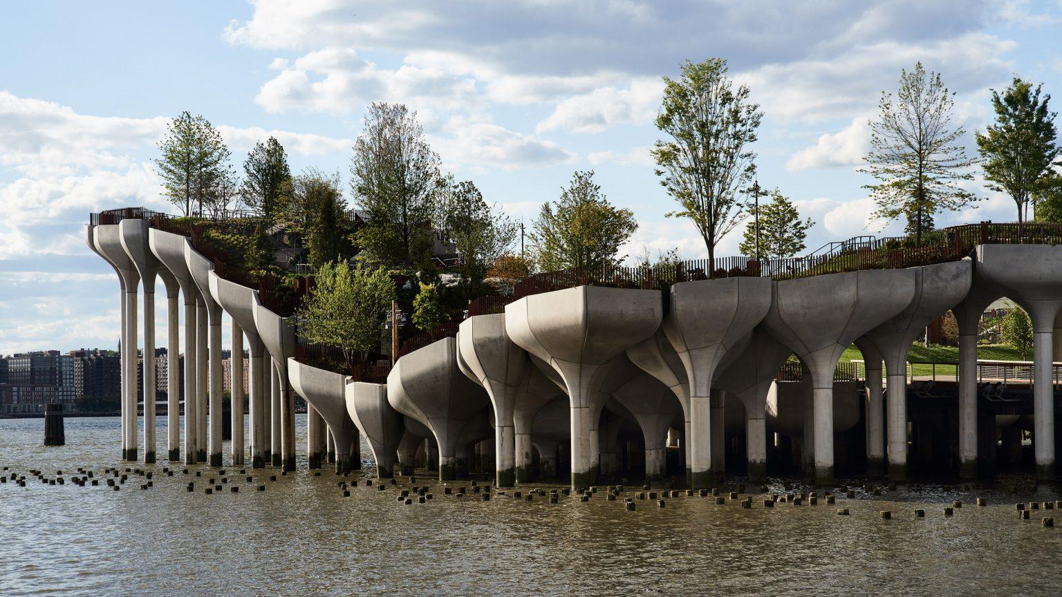 В Нью-Йорке открылся остров-парк, который стоит на 132 бетонных колоннах