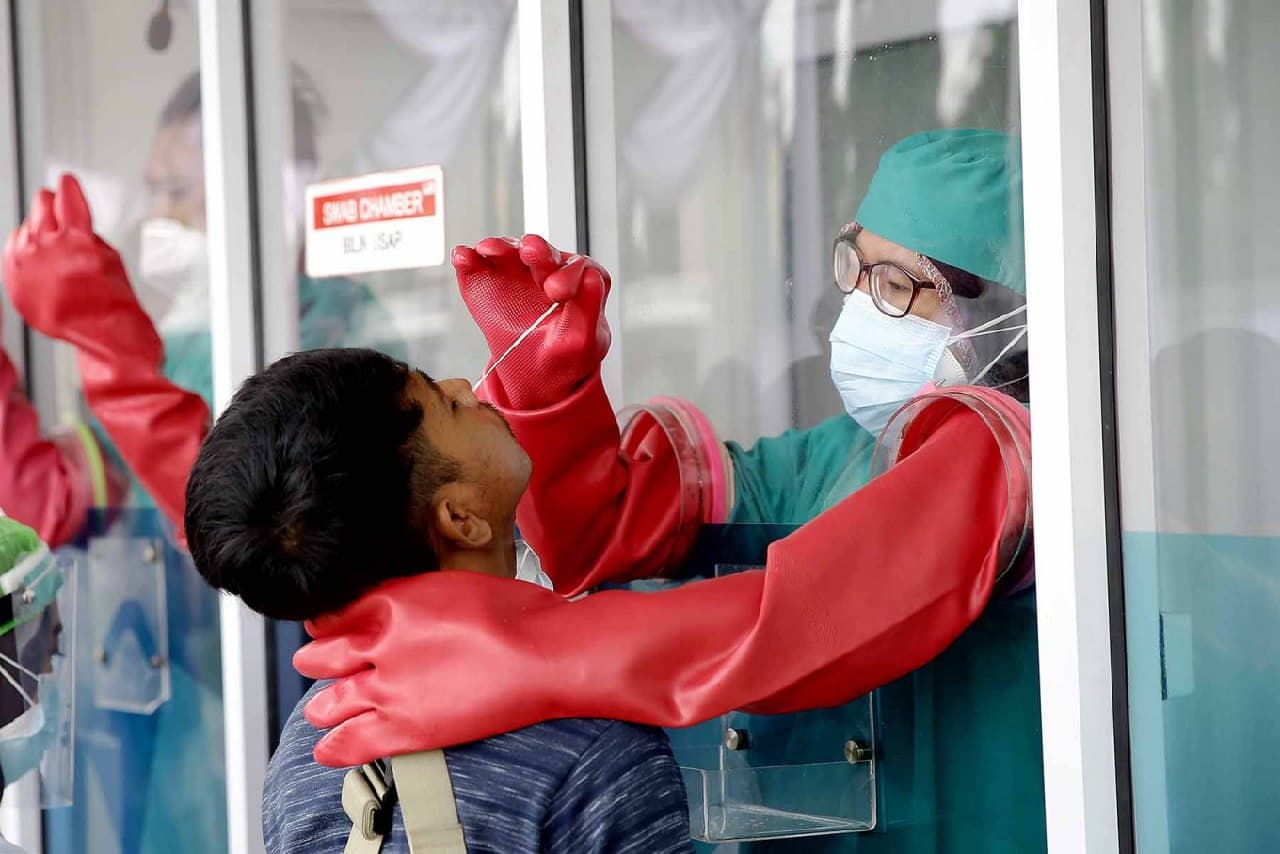 В аэропорту Индонезии пассажирам продавали использованные COVID-тесты. Пострадали 9000 человек