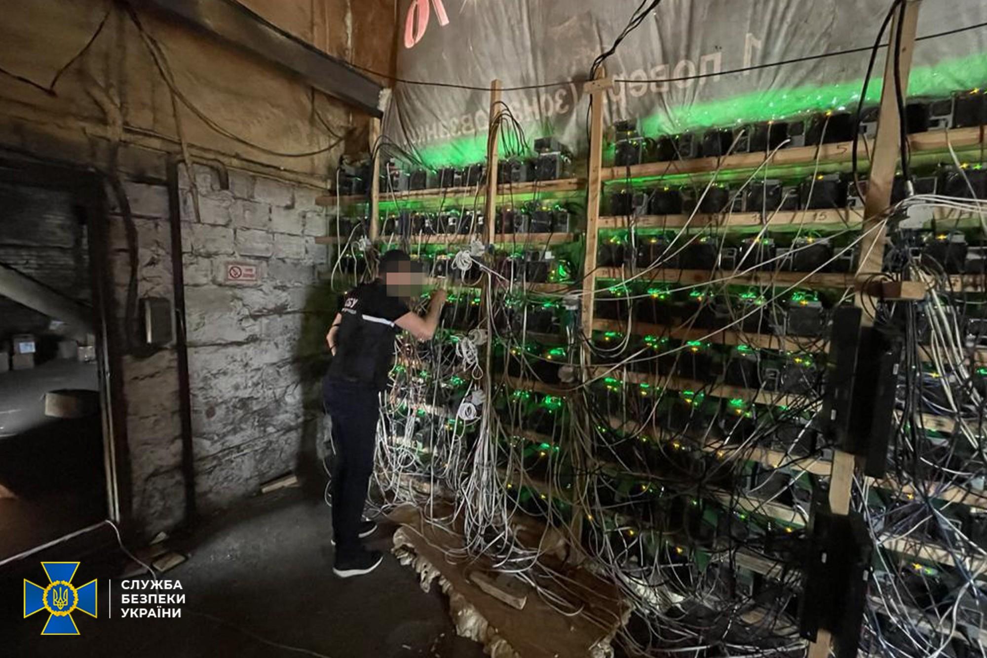 СБУ накрыла майнинг-ферму в Днепропетровской области. Криптовалюту добывали с помощью трансформатора