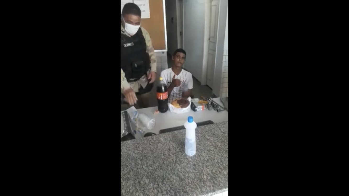 Видео дня. В Бразилии полиция поздравила подростка с совершеннолетием и арестовала его