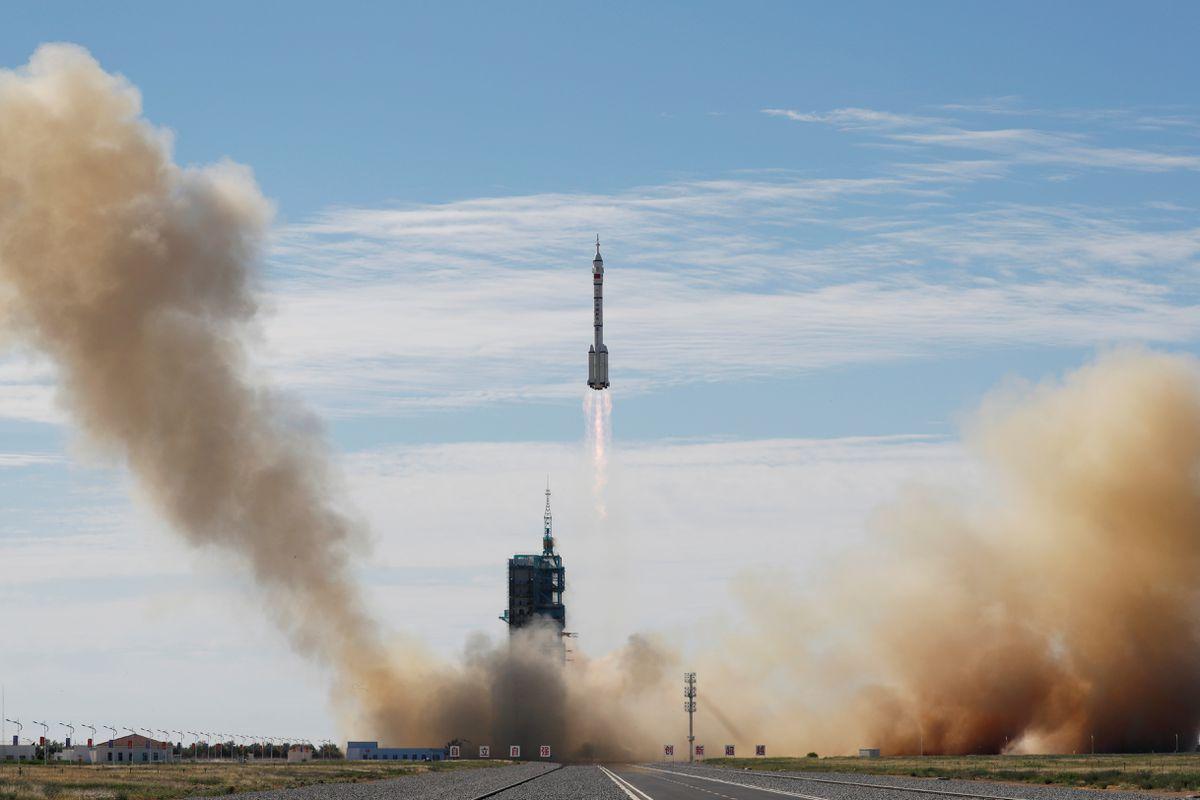 Китай отправил трех астронавтов на свою космическую станцию