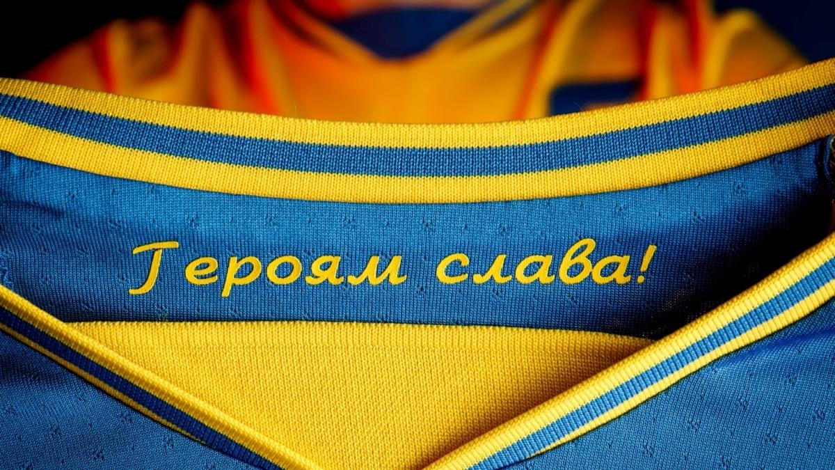 УЕФА потребовала убрать слоган «Героям слава!» с формы сборной Украины по футболу. Что происходит