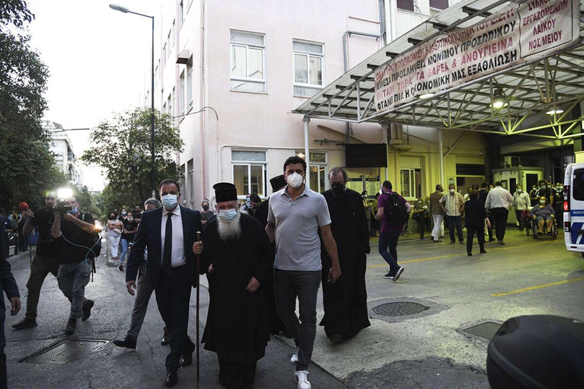 В Греции священник облил 10 человек кислотой. Его хотели лишить сана за хранение кокаина