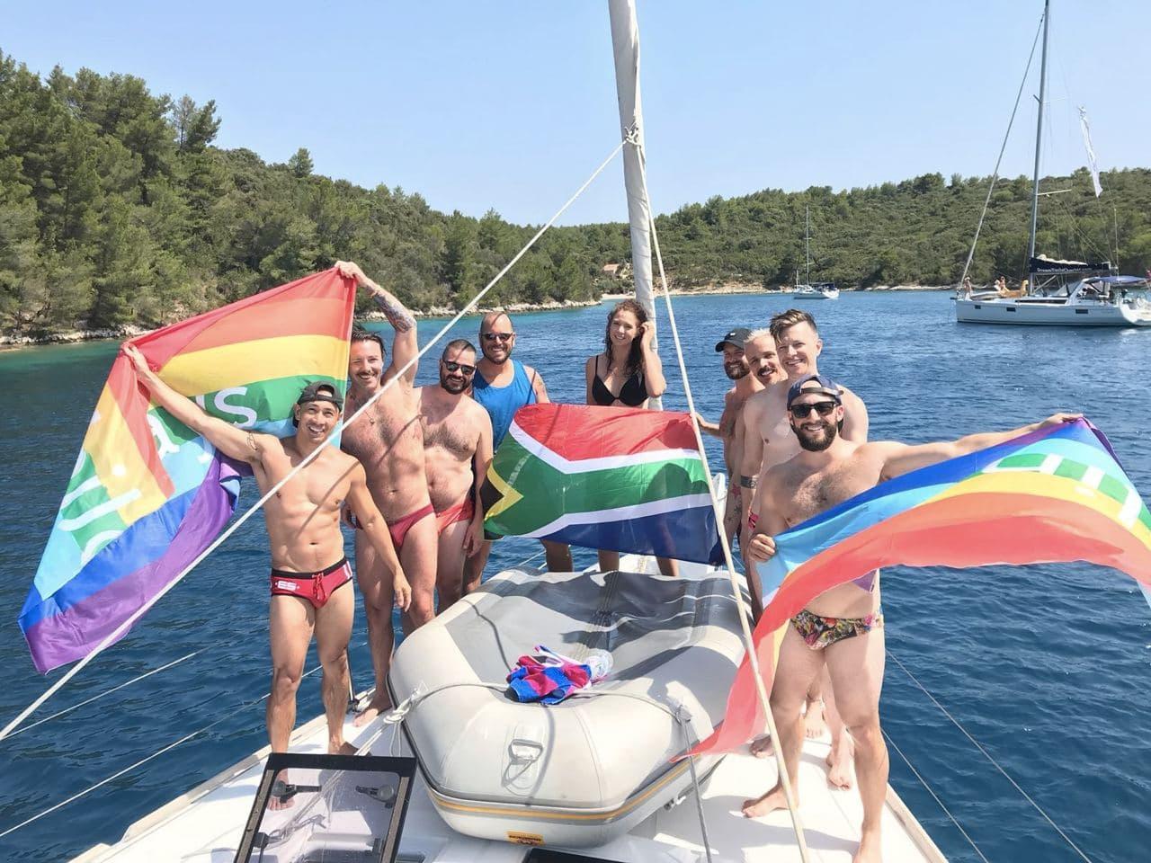 Экипаж яхты под ЛГБТ-флагом спас гомофобов, оскорблявших их