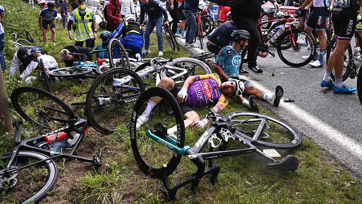 На «Тур де Франс» фанатка спровоцировала массовое столкновение велосипедистов