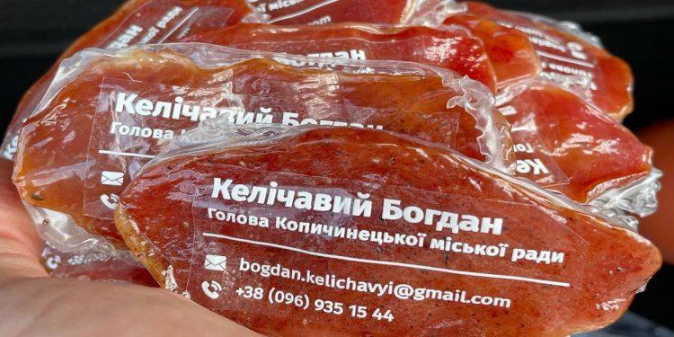 Мэр города в Тернопольской области сделал себе визитки на упаковках для вяленого мяса