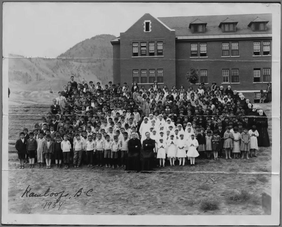Школа в Камлупсе, где было найдено первое захоронение, 1934. Фото — Library and Archives Canada.