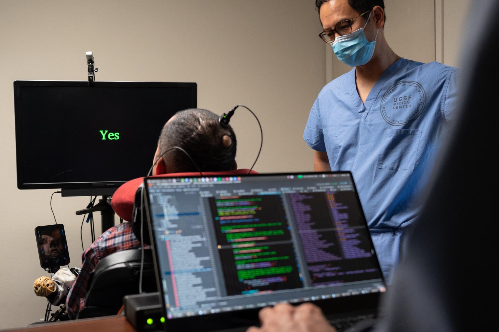 Ученые смогли воспроизвести слова человека, который 18 лет парализован. Ему вживили имплант