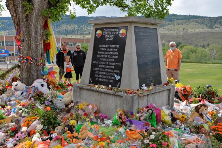 Мемориал в Камлупсе. Фото — Reuters.
