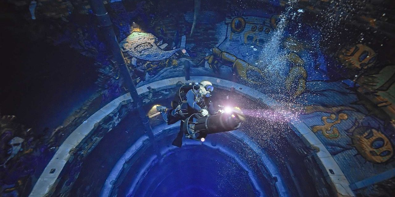 В Дубае открылся самый глубокий в мире бассейн. Там есть подводный город и киностудия