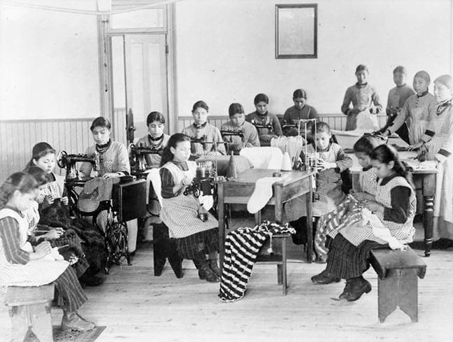 Уроки шитья в школе-интернате в Форт-Резолюшн. Фото — Library and Archives Canada.