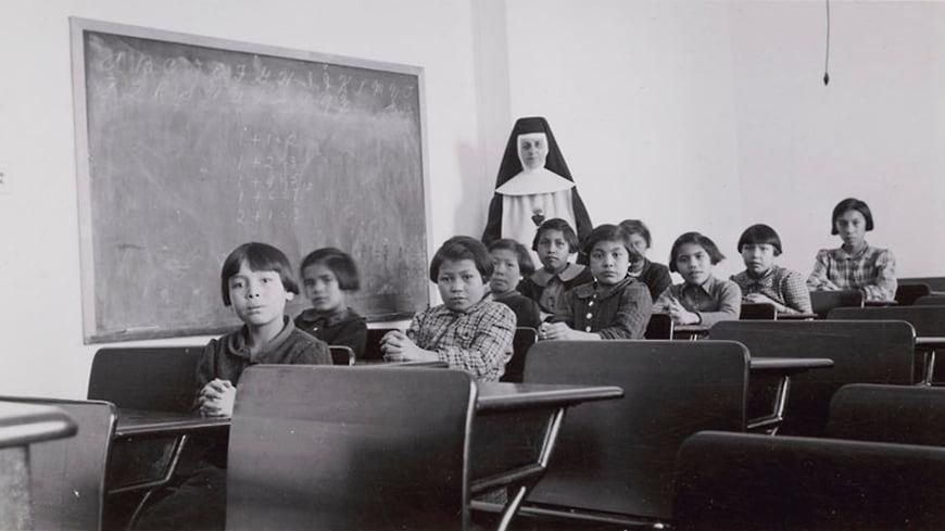 Школа-интернат в Кросс-Лейк. Фото — Library and Archives Canada.