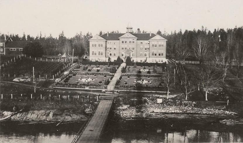Школа-интернат Купер-Айленд, получившая прозвище «Алькатрас» из-за своего расположения. Фото — Library and Archives Canada.
