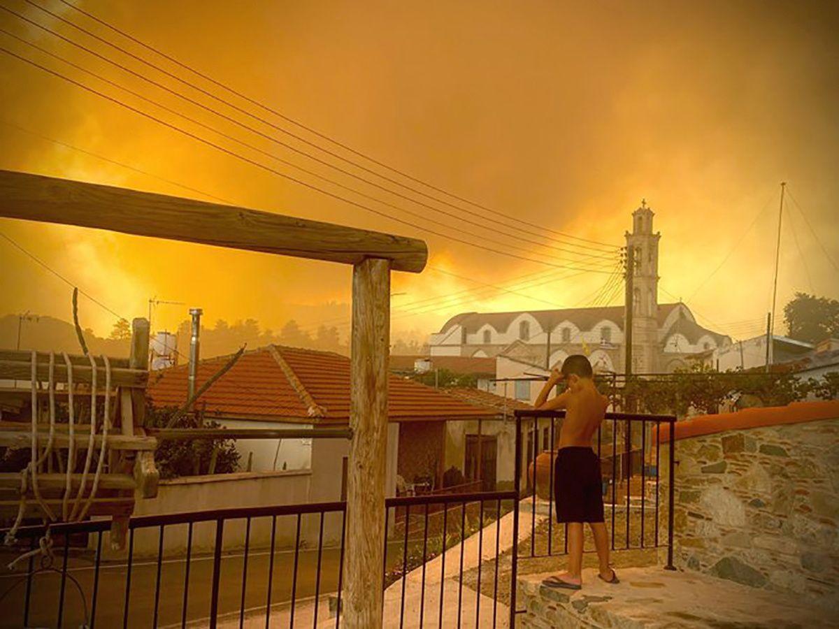 На Кипре бушуют крупнейшие в истории лесные пожары. Власти просят о помощи