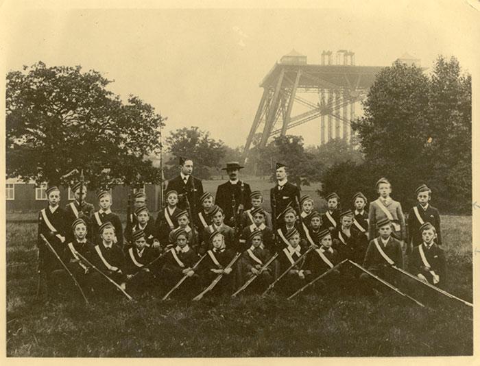 Школьное фото на фоне башни.